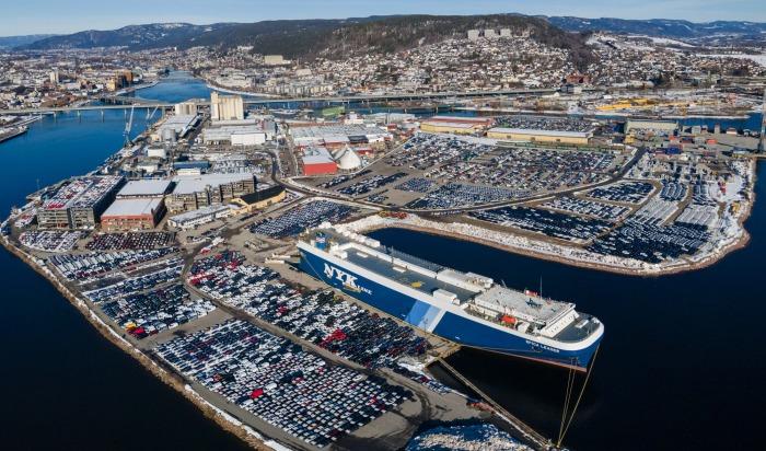 Ny rekord ved Drammen havn, – Flommer over av nye biler